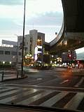 大阪は1日中雨でした、夕方には上がりました。野田阪神交差点で、(^^)by 管理者 240x320(24KB)
