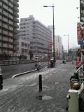 大阪市内でも久々に雪が降っています、国道2号線南へ野田阪神方向です。(+_+)by 管理者 240x320(31KB)