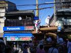 海老江八坂神社の夏祭り、オリンピックフェアーの最中に店の前にだんじりがやって来ました。by 管理者 512x384(94KB)